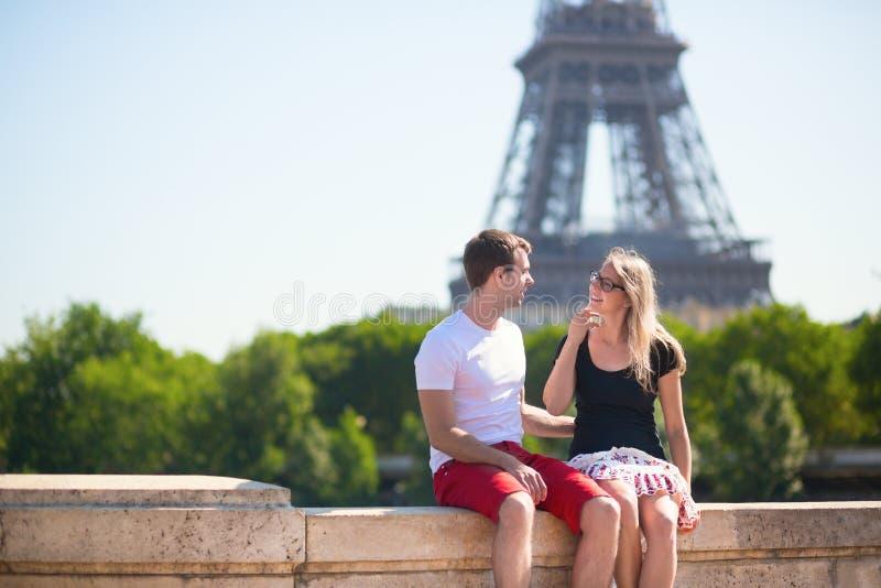 Paare mit dem Eiffelturm im Hintergrund lizenzfreies stockfoto