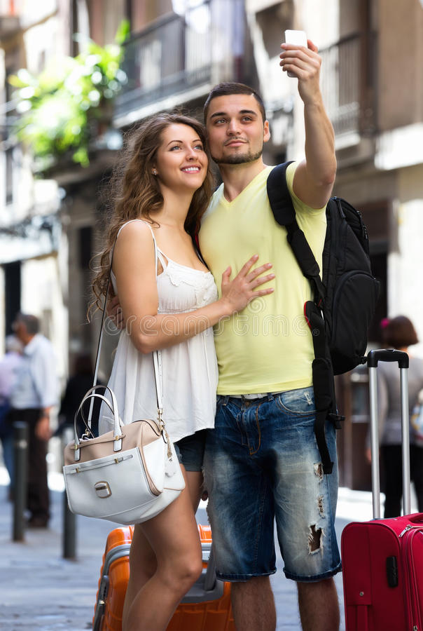 Paare mit dem Gepäck, das selfie tut stockfotografie