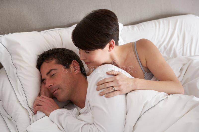 Paare mit den Problemen, die Widerspruch im Bett haben lizenzfreie stockbilder