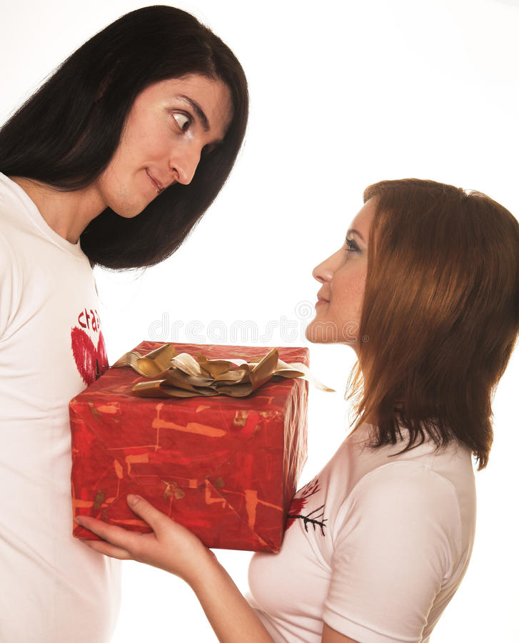 Paare mit einem Geschenk über einem weißen Hintergrund stockfoto