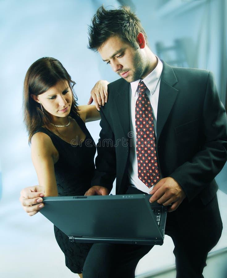Paare mit einem Notizbuch lizenzfreie stockbilder