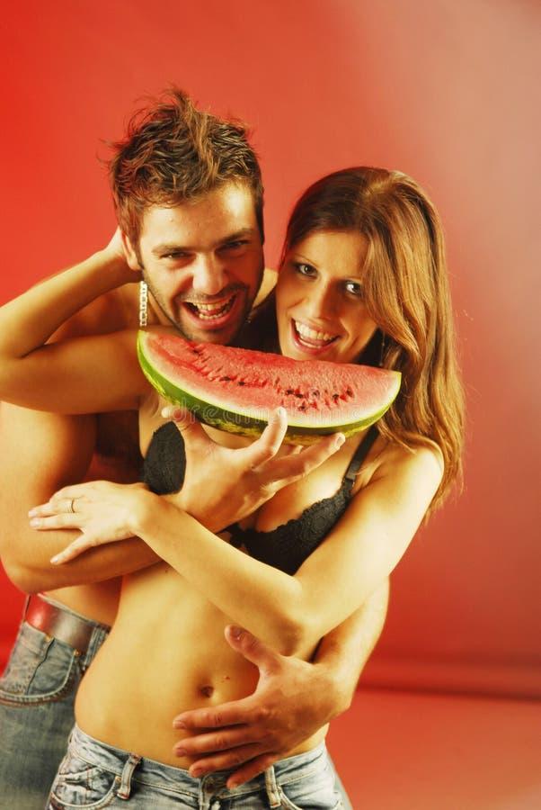 Paare mit einem watermellon stockfoto