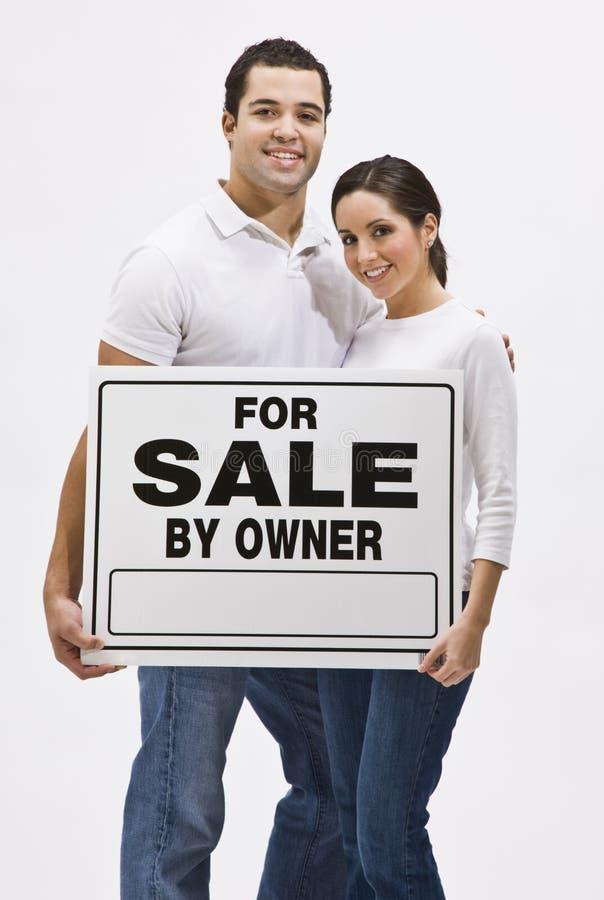 Paare mit für Verkauf durch Owner Sign lizenzfreie stockfotografie