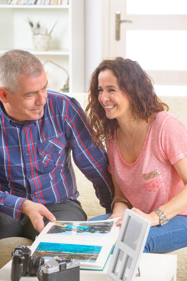 Paare mit Fotoalbum lizenzfreie stockbilder