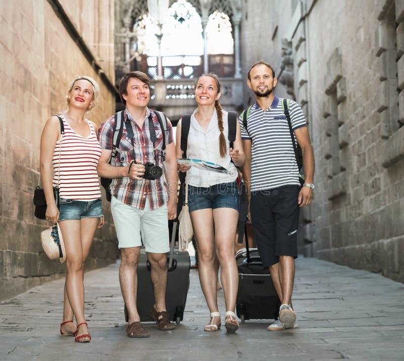 Paare mit gehenden Gepäck dem Stadt lizenzfreie stockfotos