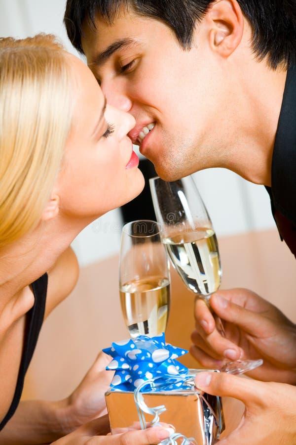 Paare mit Geschenk und Champagner stockbilder