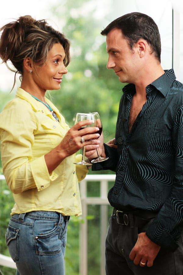 Paare mit Gläsern stockfotos