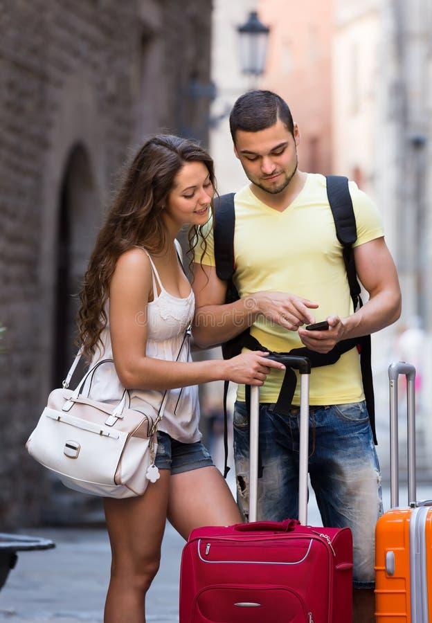 Paare mit GPS-Navigator und -gepäck stockfotografie