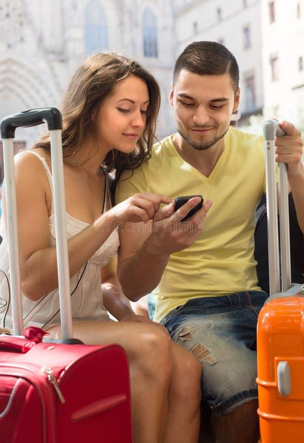 Paare mit GPS-Navigator und -gepäck stockbild