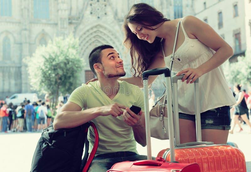 Paare mit GPS-Navigator und -gepäck stockbilder