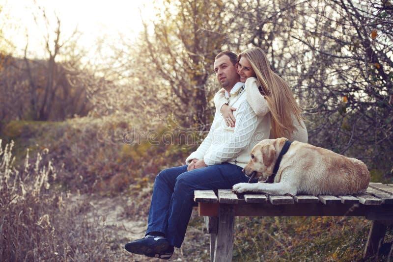 Paare mit Hund stockfoto