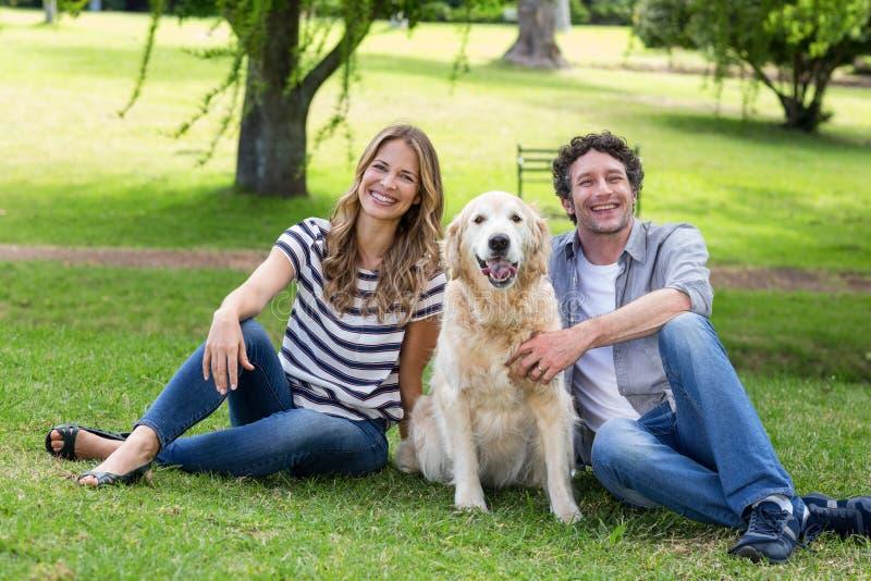 Paare mit ihrem Hund im Park lizenzfreies stockfoto