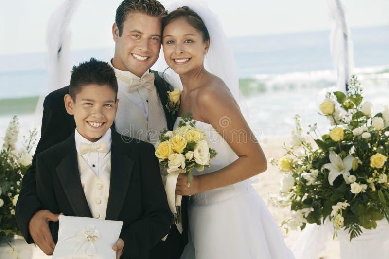 Paare mit Jungen-Einsatzringen am Strand stockbilder
