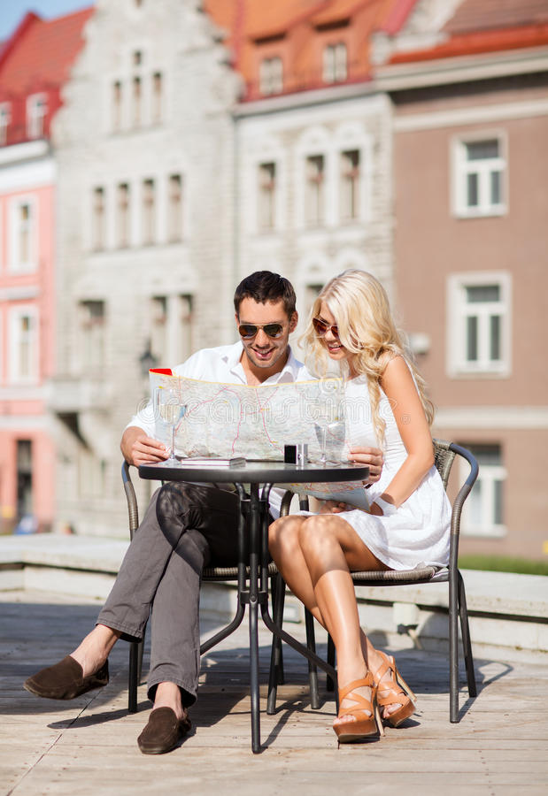 Paare mit Karte im Café stockfoto