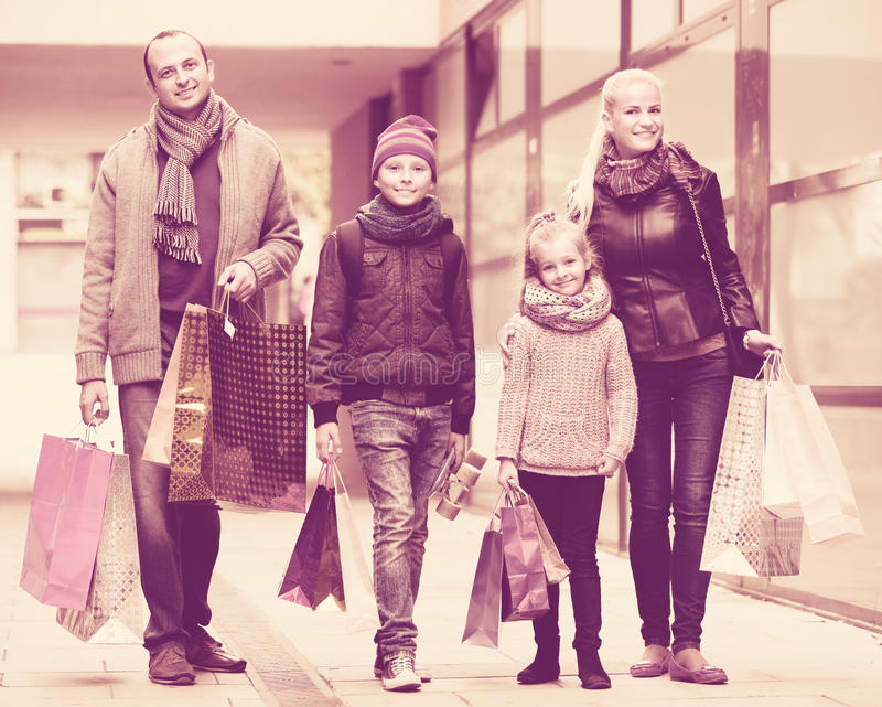 Paare mit Kindern auf Stadtstraße lizenzfreie stockfotos