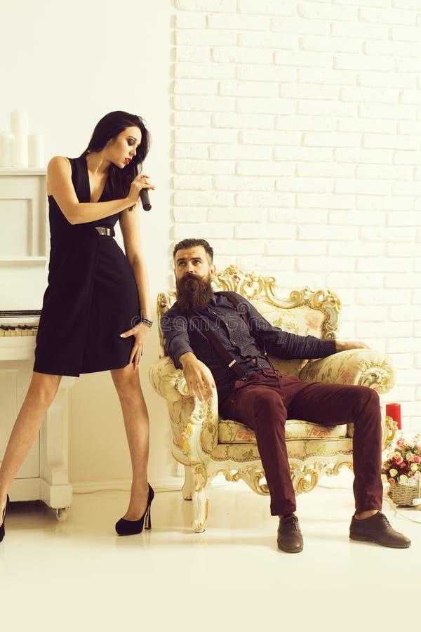 Paare mit Klavier und Mikrofon lizenzfreie stockfotos