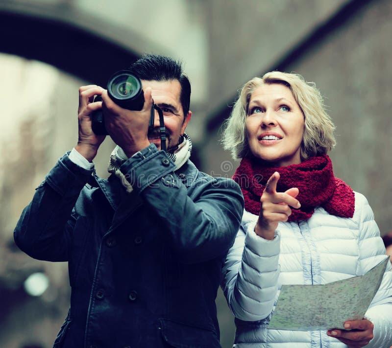 Paare mit Koffern, Kamera und Karte draußen lizenzfreie stockfotos