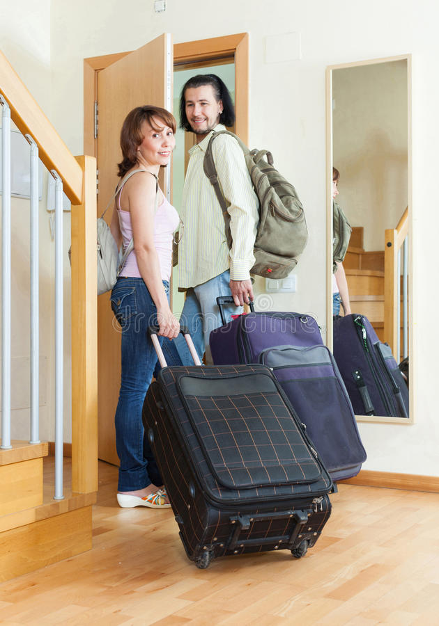 Paare mit Koffern nähern sich Tür stockbilder