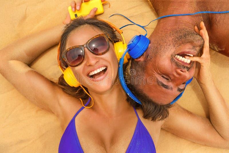Paare mit Kopfhörer stockbild