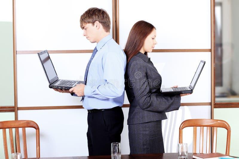 Paare mit Laptopen stockbild