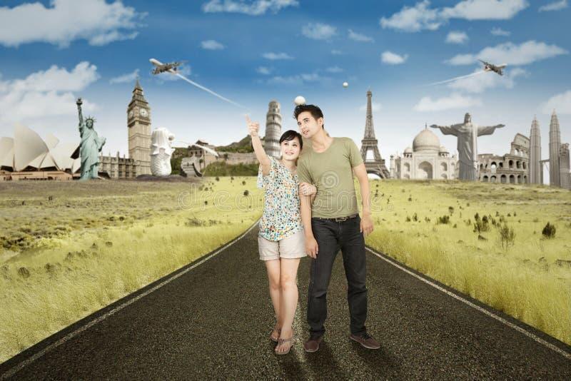 Paare mit Marksteinen auf der Rückseite lizenzfreies stockbild