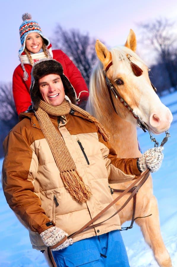 Paare mit Pferd stockfotografie