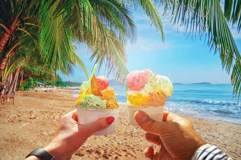 Paare mit schöner heller süßer italienischer Eiscreme mit verschiedenen Aromen in den Händen stockfotos