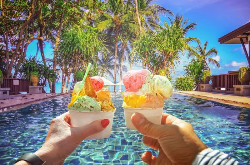 Paare mit schöner heller süßer italienischer Eiscreme mit verschiedenen Aromen in den Händen stockfoto