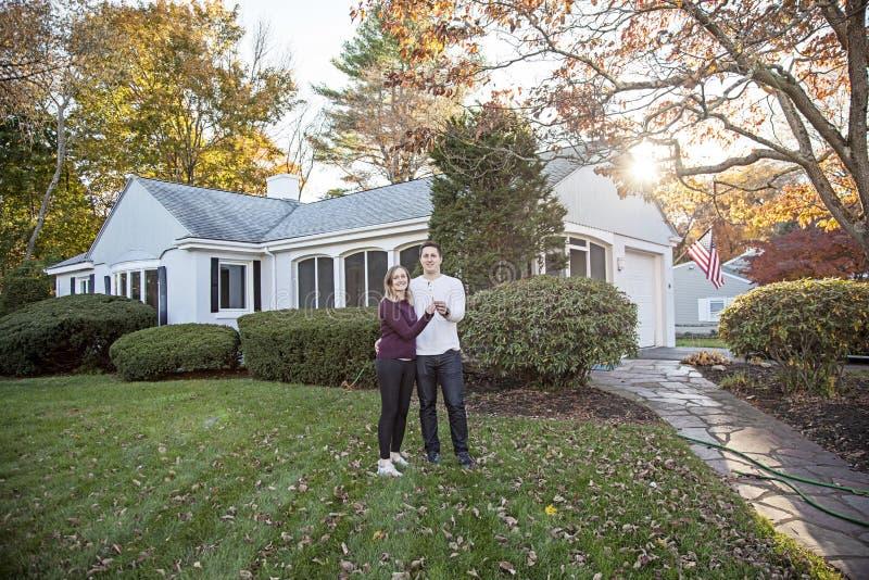 Paare mit Schlüsseln zum Haus lizenzfreie stockfotos