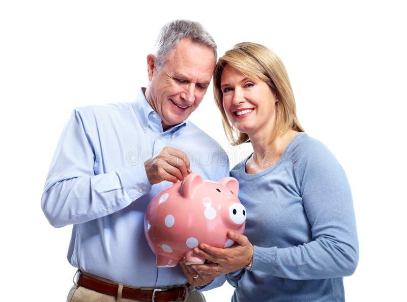 Paare mit Sparschwein. lizenzfreie stockbilder