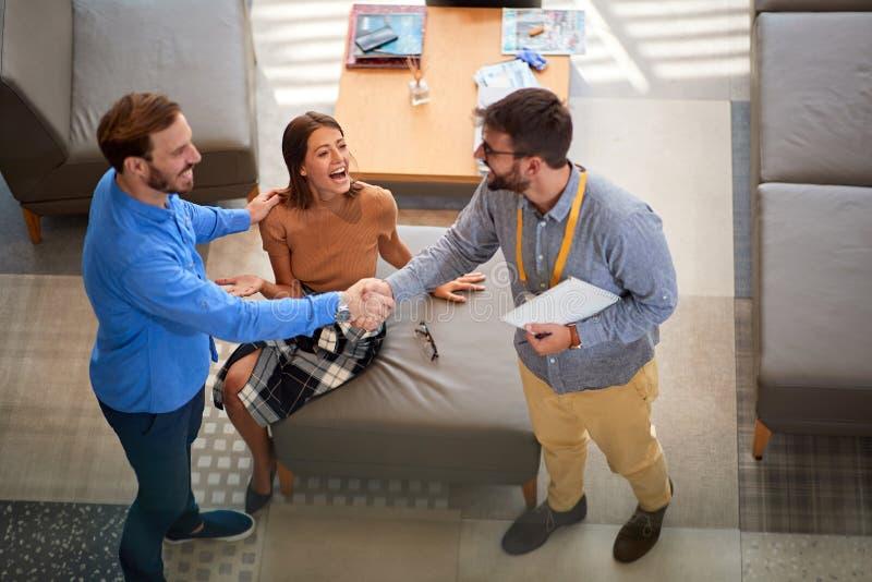 Paare mit Verkäufer in den Speichermöbeln für das Haus lizenzfreie stockfotografie
