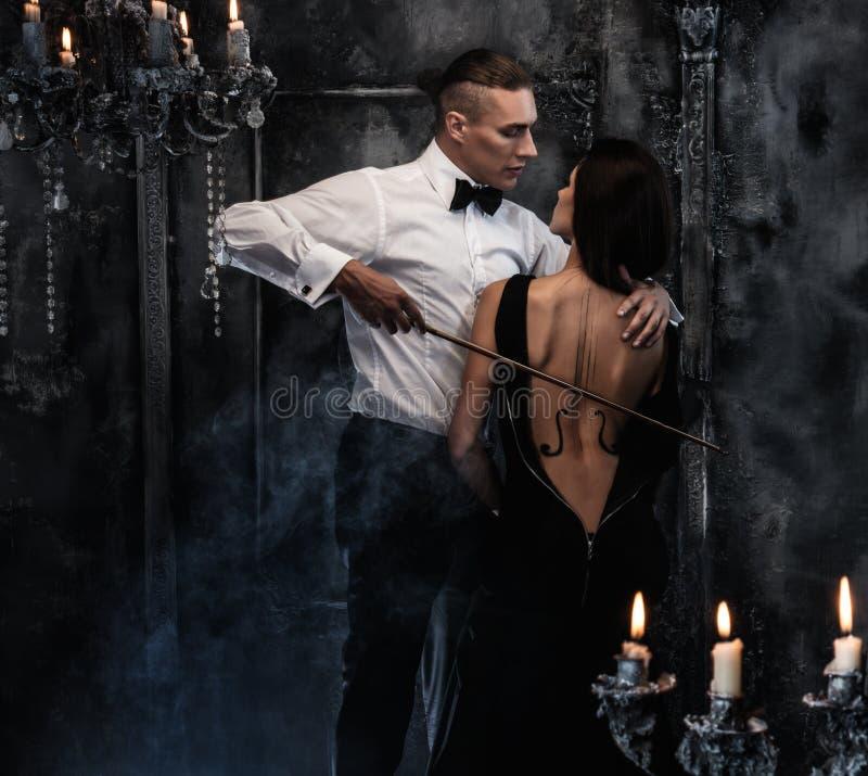 Paare mit Violinenbogen lizenzfreie stockbilder