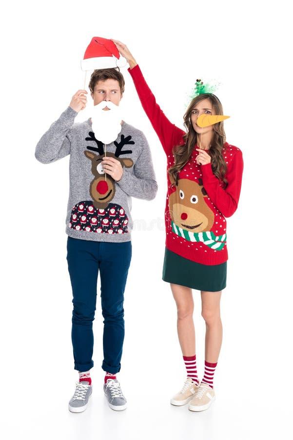 Paare mit Weihnachtspapierzubehör lizenzfreie stockfotos