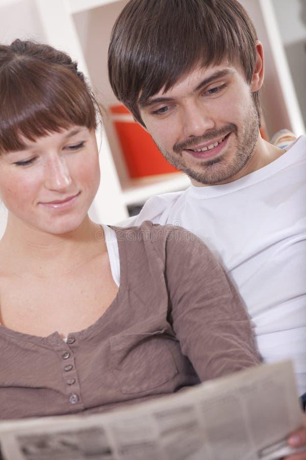 Paare mit Zeitung lizenzfreie stockfotos