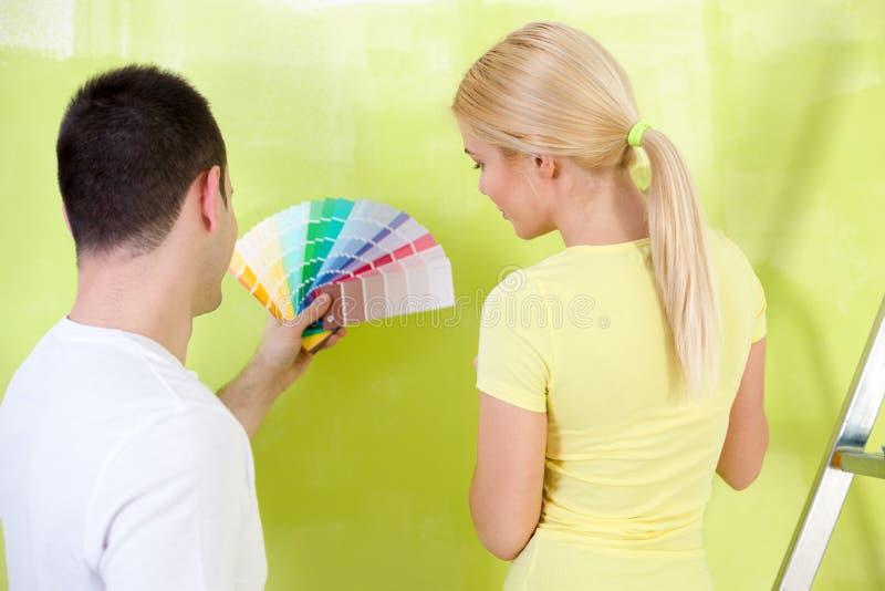 Paare mit zu malen den Farbproben stockbild