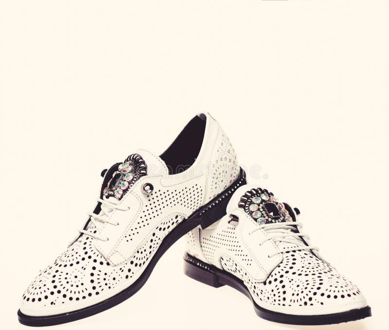 Paare moderner bequemer oxfords Schuhe Modernes Schuhkonzept Schuhe für Frauen auf flach einzigem mit Perforierung lizenzfreie stockfotos