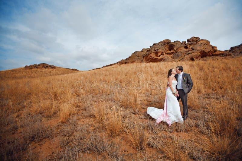Paare nähern sich den Bergen stockbild
