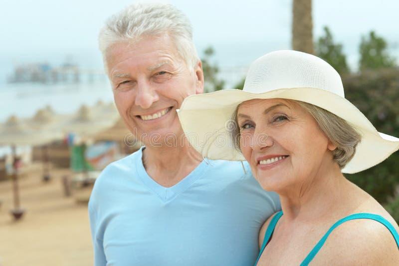 Paare nähern sich Pool lizenzfreies stockfoto