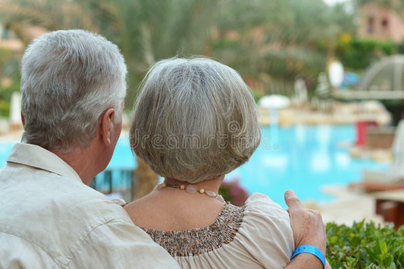 Paare nähern sich Pool stockfoto