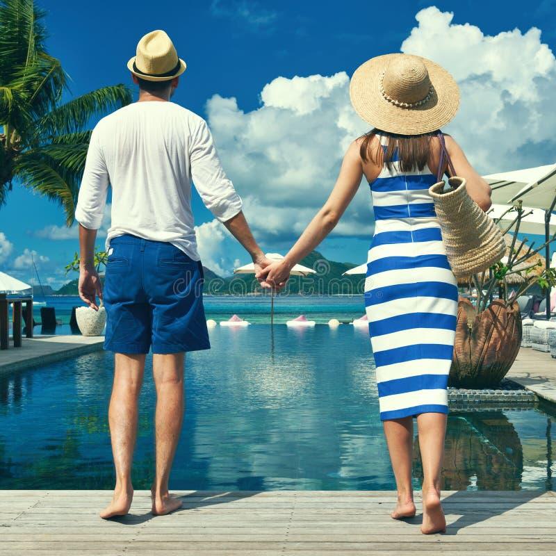 Paare nähern sich Poolside lizenzfreies stockfoto
