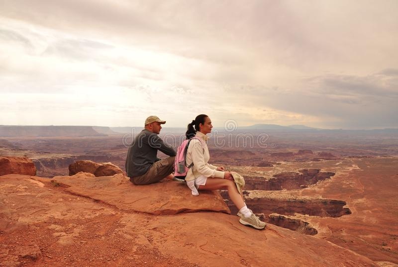 Paare in Nationalpark Canyonlands lizenzfreie stockbilder