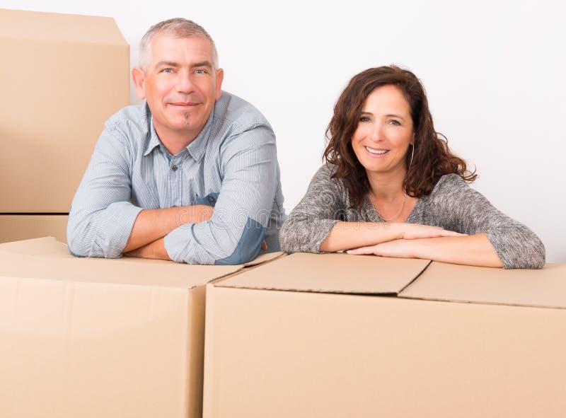 Paare am neuen Haus lizenzfreie stockfotos