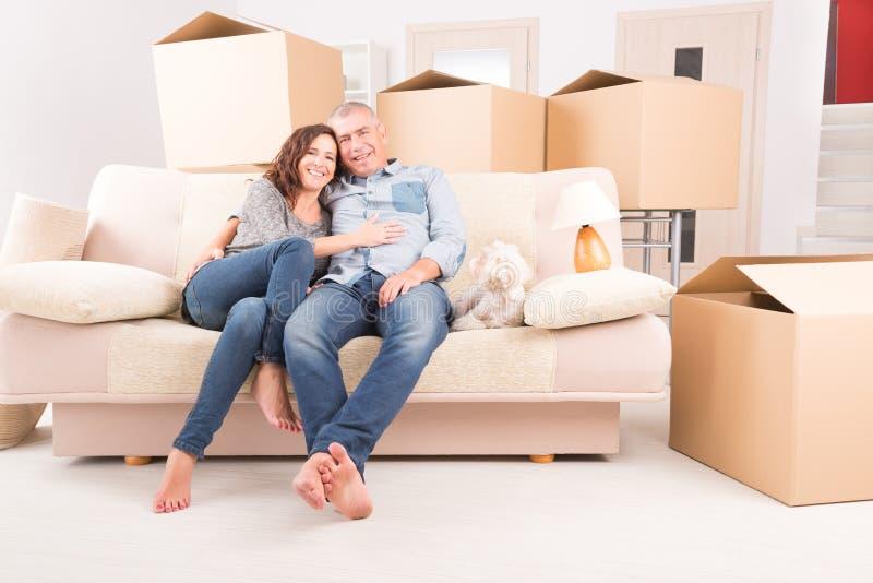 Paare am neuen Haus lizenzfreies stockbild