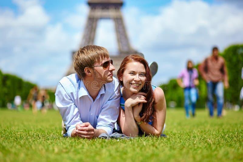 Paare in Paris nahe dem Eiffelturm lizenzfreies stockbild