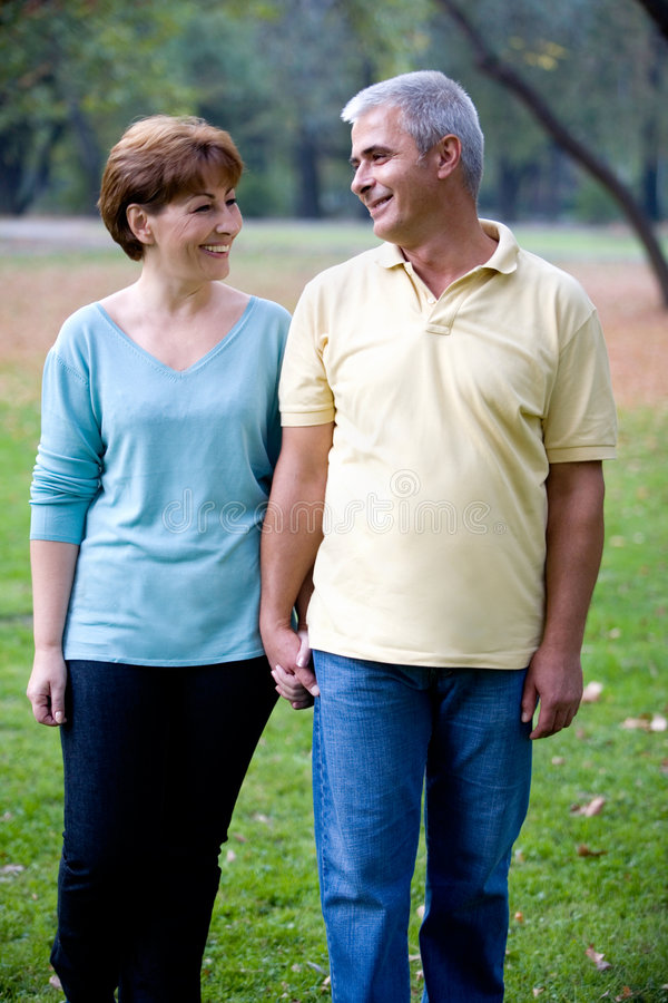 Paare am Park lizenzfreies stockfoto