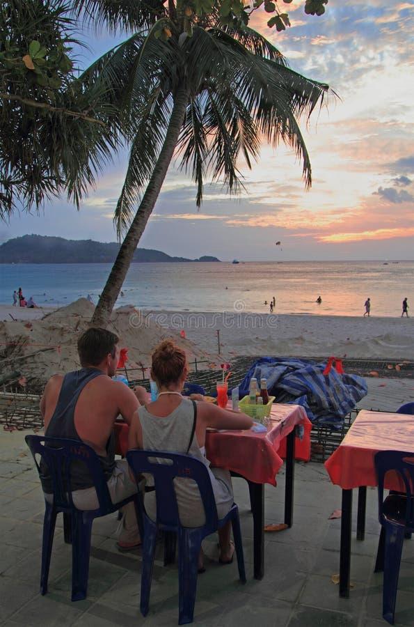 Paare passen Sonnenuntergang am Patong-Strand, Thailand auf stockfotografie