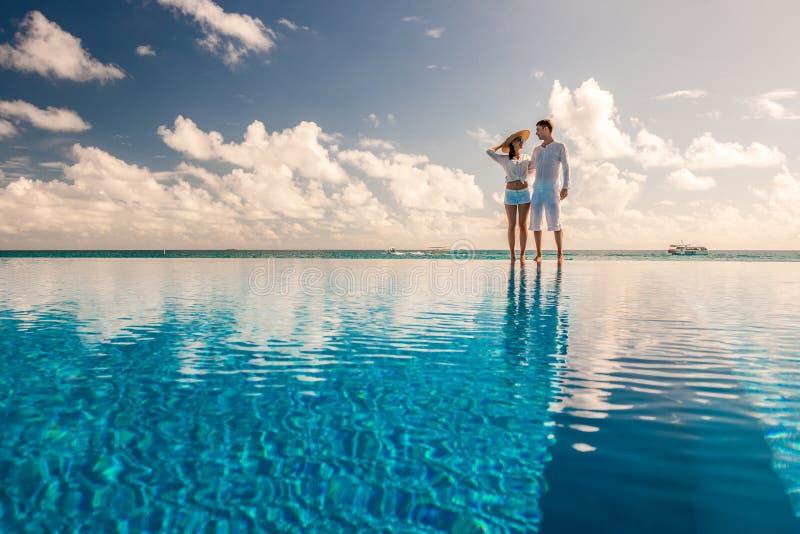 Paare am Poolside stockfotos