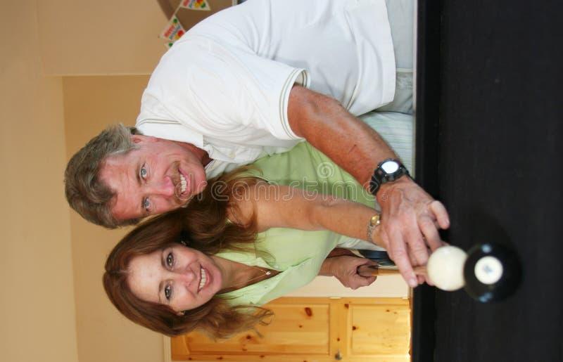 Paare am Pooltisch stockfotos