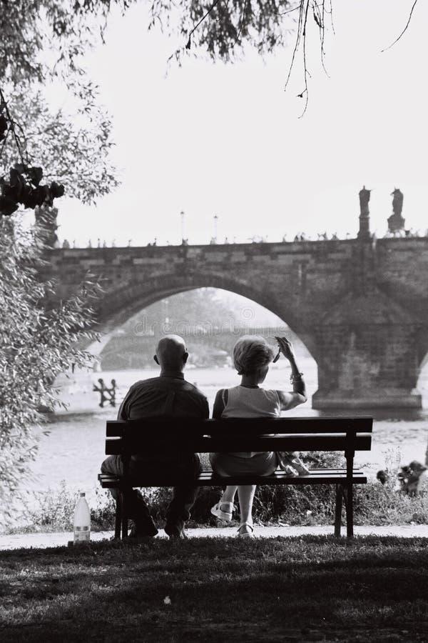 Paare in Prag stockfotos
