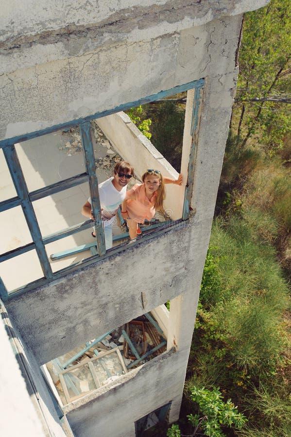Paare in ruiniertem Fenster lizenzfreie stockbilder